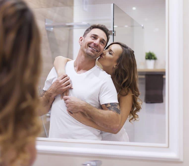 Espelho com Moldura Casal Feliz