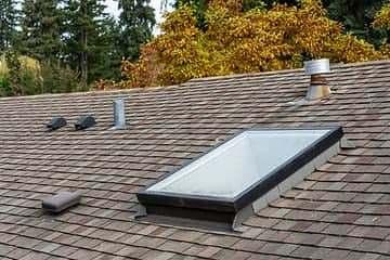 a imagem demonstra uma claraboia do estilo tradicional, operável, no telhado de uma construção.