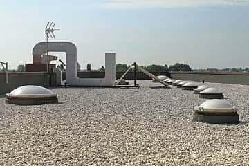A imagem mostra claraboias do tipo tunel de luz no teto de uma construção